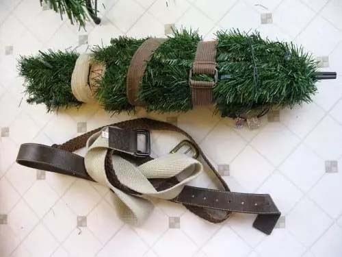 Old Belts for Putting Away the Christmas Tree #Christmas #Christmas decoration #storage #homedecorimage